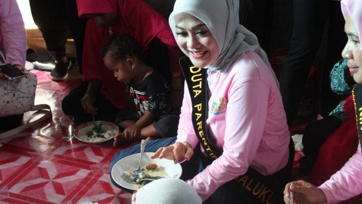 Duduk Lesehan di Lantai,   Widya Makan Bersama Anak-Anak Stunting