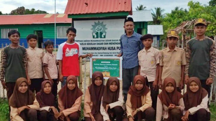 Telkomsel Serahkan Bantuan Renovasi Gedung Sekolah MTs Muhammadiyah-SBB