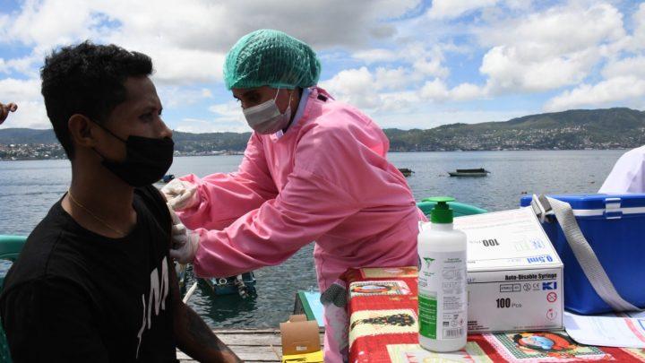 Vaksinasi TNI-AL di Dermaga Spead Boat Wayame