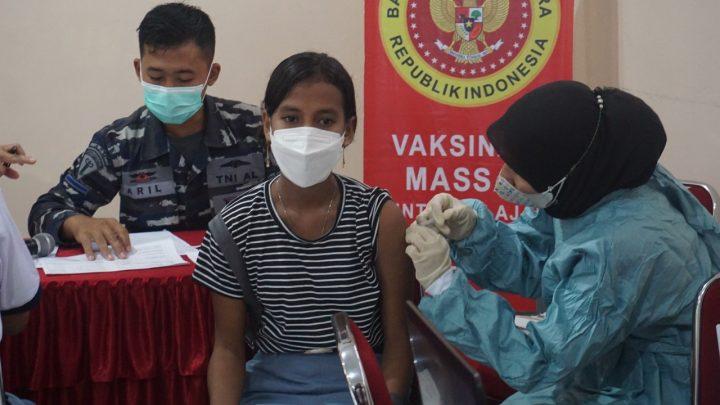 Percepat  PTM, TNI Angkatan Laut Vaksin Siswa SMAN 4 Ambon